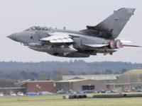 El Ministro de Defensa británico inaugura la primera base aérea militar alimentada por energía verde