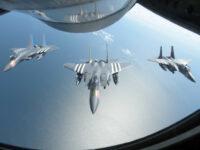 Tres F-15 vuelan en formación detrás de un Stratotanker KC-135 frente a la costa sur de Inglaterra.  (Foto: Benjamin Cooper/US Air Force)