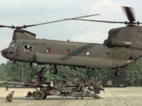 Un CH-47 Chinook transportando un obús M198