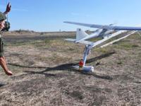 Un soldado ruso lanzando un dron Orlan-10