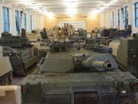 Carros Abrams y vehículos Bradley del Ejército de EEUU almacenados en un depósito en Mumaiciai, Lituania.